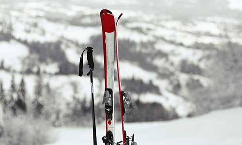 Cómo y dónde guardar los esquís al terminar la temporada de nieve