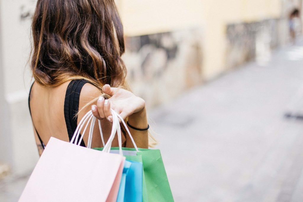 Guarda todas tus bolsas con compras en rebajas en un trastero